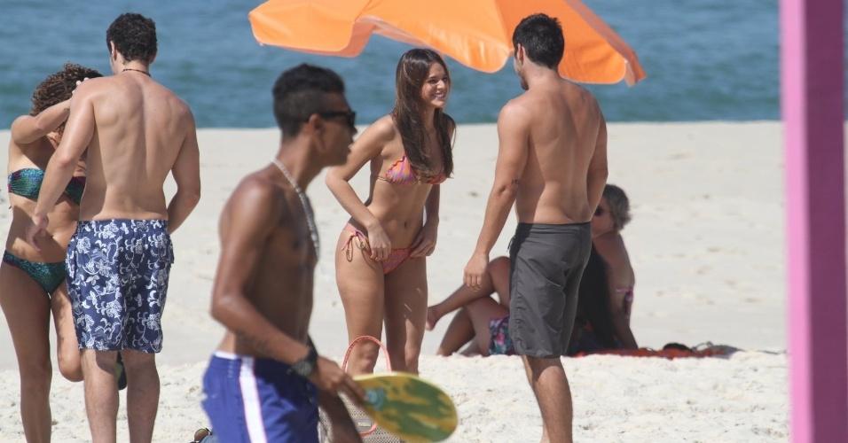 10.mar.2014 - Bruna Marquezine e Bruno Gissoni conversam antes de gravar cenas de