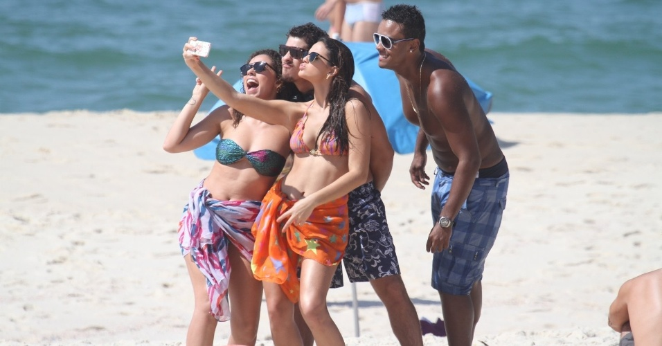 10.mar.2014 - Bruna Marquezine tira selfie com Roberta Almeida, Sacha Bali e Jorge de Sá durante gravações de