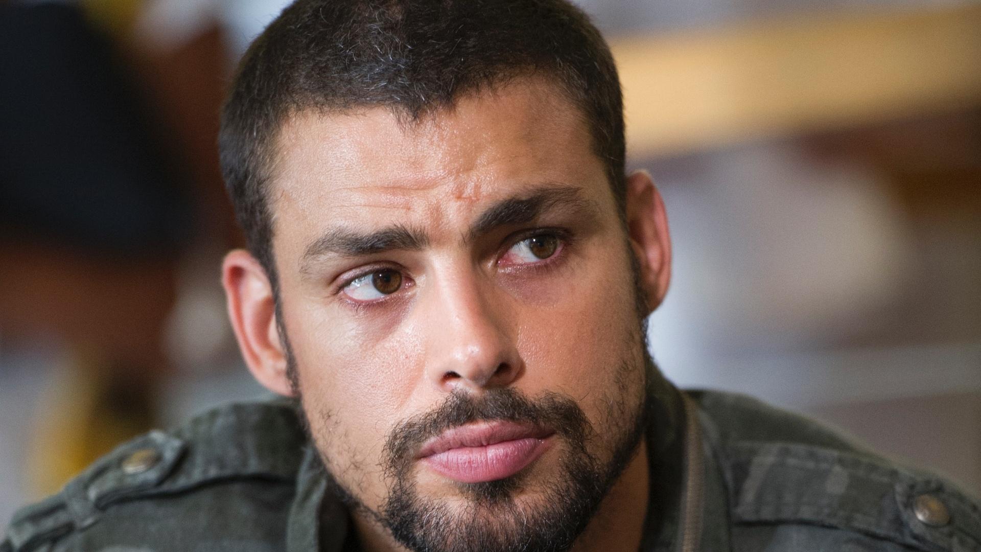 10.mar.2014 - O ator Cauã Reymond durante gravação da série