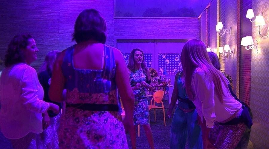 8.mar.2014 - As mães de Marcelo, Angela, Diego e Cássio dançam juntas na pista