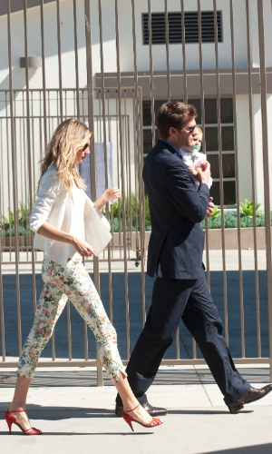 8.mar.2014 - Gisele Bundchen e Tom Brady levam a filha Vivian para ser batizada na igreja onde casaram em Los Angeles