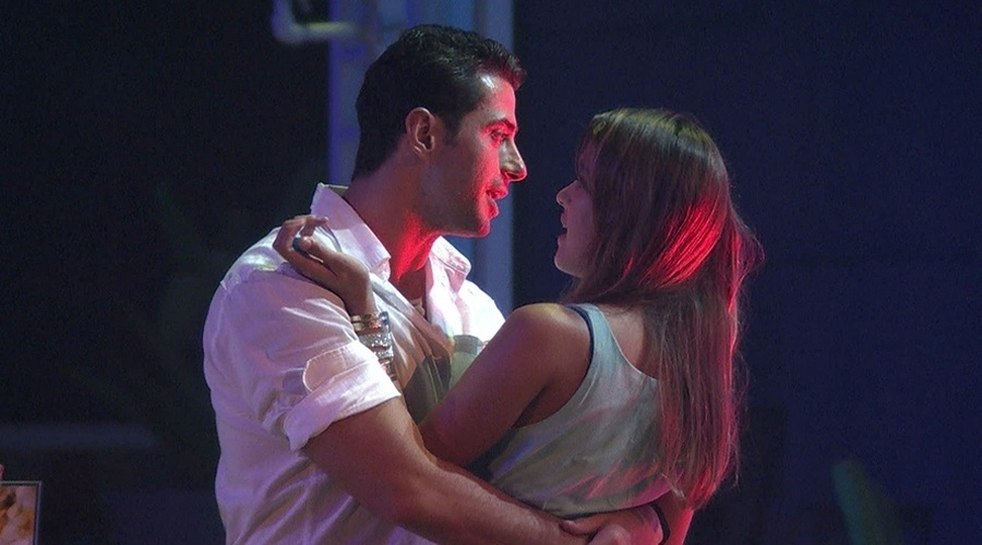 8.mar.2014 - Marcelo tenta nova aproximação com Angela durante a festa