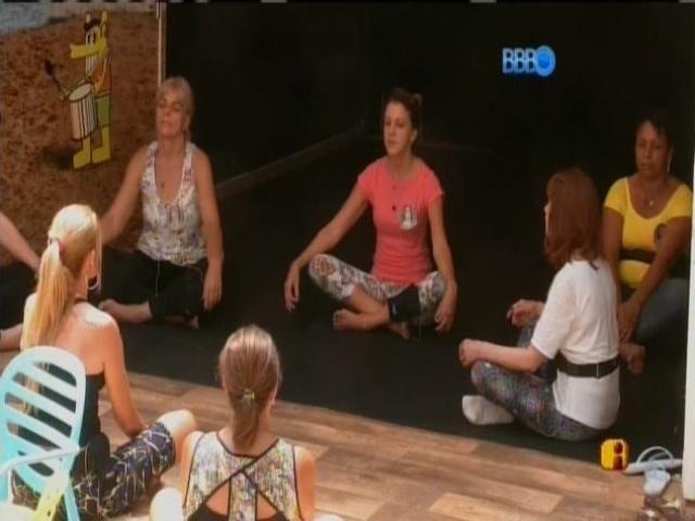11.mar.2014 - Mãe de Angela dá aula de meditação e yoga para as mães dos outros confinados.