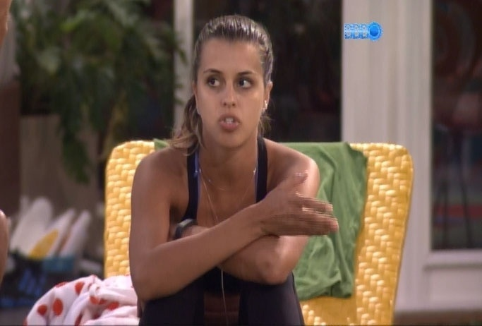12.mar.2014 - Angela sugere que Clara manipula votos da casa: