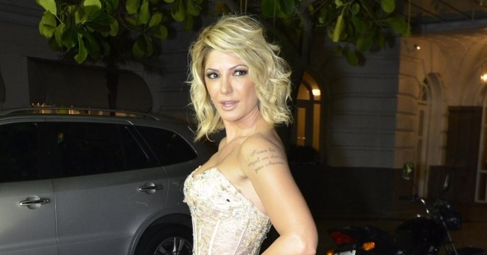 12.mar.2014 - Antonia Fontenelle vai ao casamento de Latino e Rayanne Morais