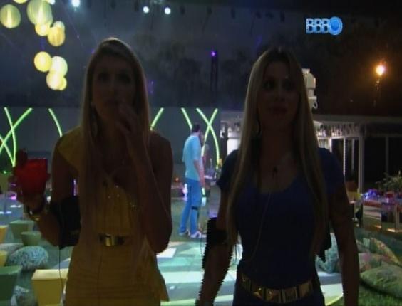 12.mar.2014 -  Ao som de Beth Carvalho e outros artistas brasileiros, brothers participam de festa