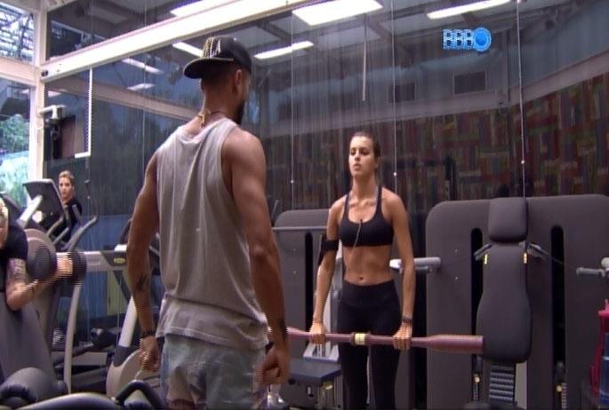 12.mar.2014 - Durante exercícios na academia, Cássio diz que Angela faz uma cara de coitadinha e ainda sugeriu título para suposta Playboy: