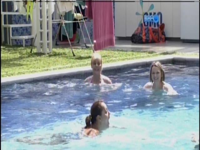 12.mar.2014 - Mães ganham dia de piscina