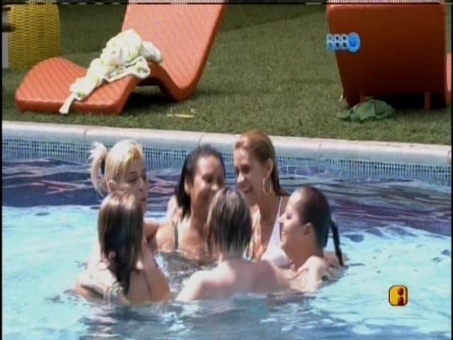 12.mar.2014 - Mães ganham dia de piscina. Elas fazem uma roda na água.