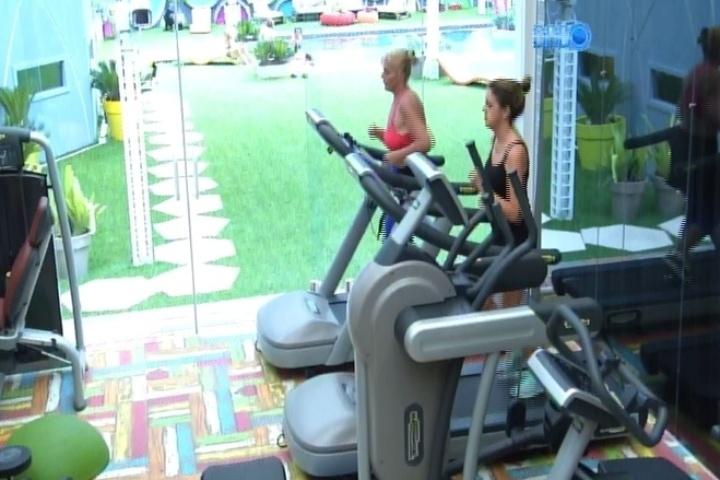 12.mar.2014 - Solange e Ivone, mães de Vanessa e Angela, respectivamente, se exercitam na esteira da academia.As mothers curtiram a área de lazer da casa enquanto os filhos ficaram trancados na casa