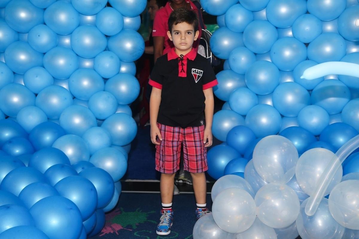 12.mar.2014- Filho de Faustão, Rodrigo, chega para a festas das gêmeas Isabella e Helena em um buffet em Moema, São Paulo