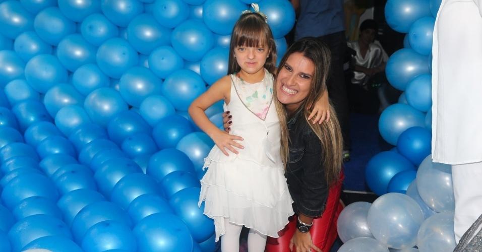 12.mar.2014- Rafaella Justus e a decoradora Andréa Guimarães posam juntas na festa das filhas de Luciano Camargo