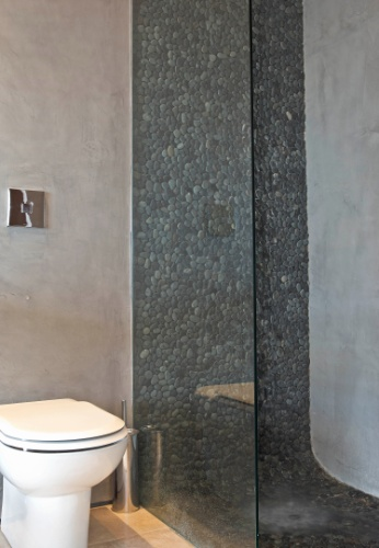 A faixa de seixo telado, da Ekko Revestimentos, se destaca na parede e no piso do box para banho e, ainda, possui a função de massagear os pés. A cobertura Rio Design Leblon tem projeto de reforma assinado pelo escritório House in Rio