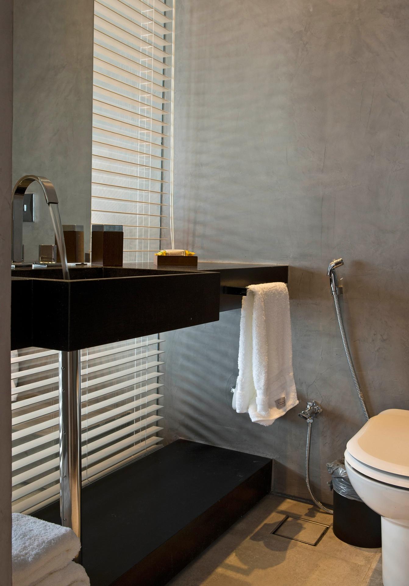 Para dar um toque de cor ao banheiro com bancada e piso brancos o  #8E6B3D 1342x1920 Banheiro Cimento Queimado E Pastilhas