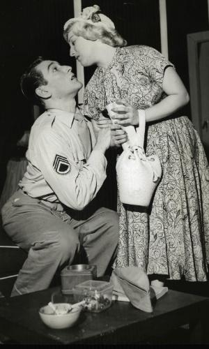 """1. abr.1954 - Quase dois meses depois de se casarem, Paulo Goulart e Nicette Bruno contracenam na peça """"Ingenuidade"""". Os dois se casaram dia 26 de fevereiro de 1954"""