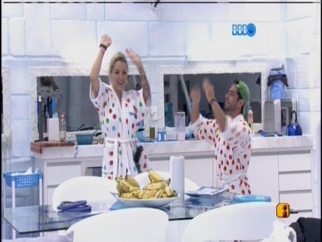 13.mar.2014 - Clara e Marcelo dançam dança do ventre
