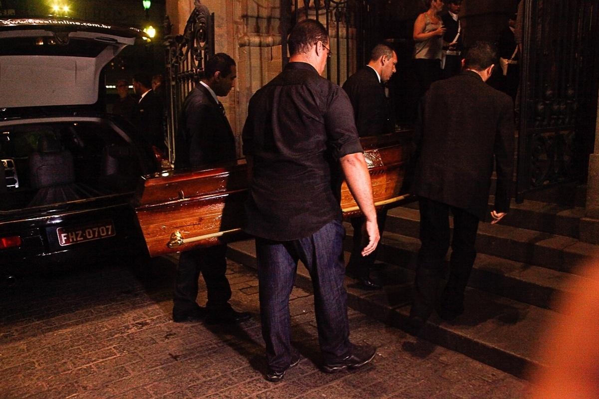 13.mar.2014 - Corpo do ator Paulo Goulart chega ao Theatro Municipal, em São Paulo