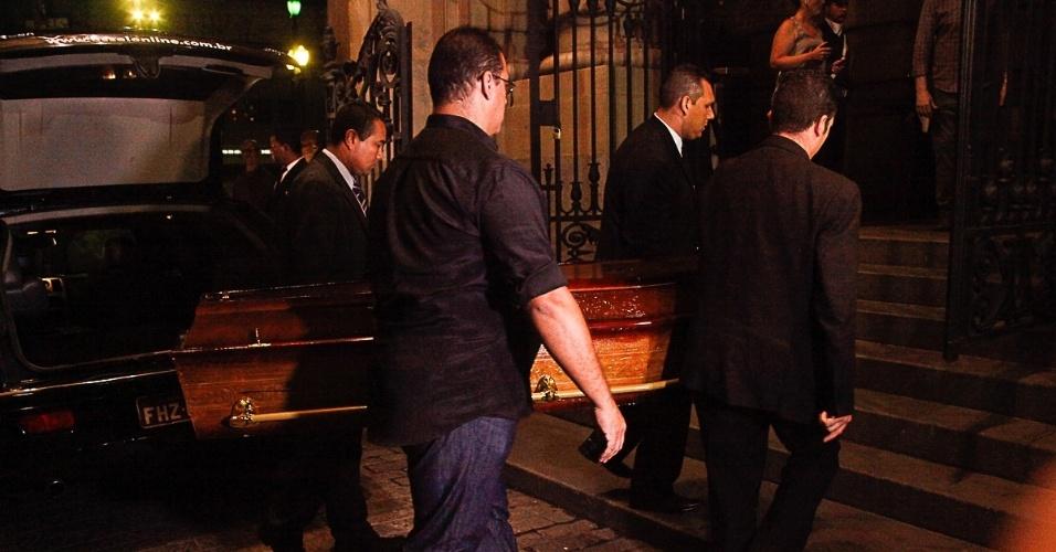 13.mar.2014 - Corpo do ator Paulo Goulart chega no Theatro Municipal, em São Paulo