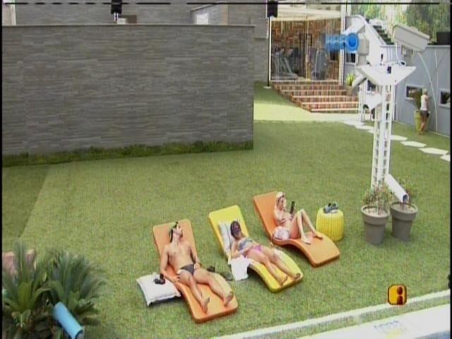 13.mar.2014 - Marcelo, Angela e Clara tomam sol nas espreguiçadeiras