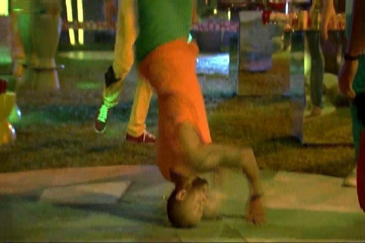 13.mar.2014 - O rapper Valter mostra aos brothers como fazer uma coreografia hip hop