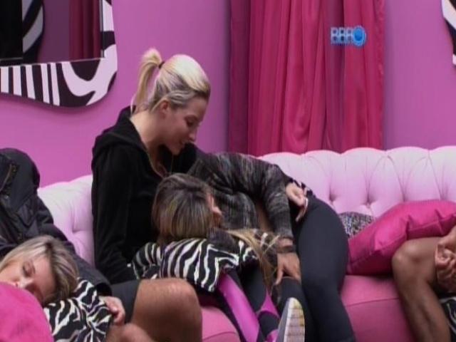 13.mar.2014 - Vanessa revela que já beijou o cantor Thiaguinho, em conversa com Clara.