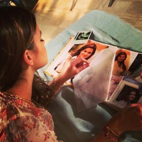 13.mar.2014- Bruna Marquezine publica imagem de Luiza vendo fotos de Helena jovem.