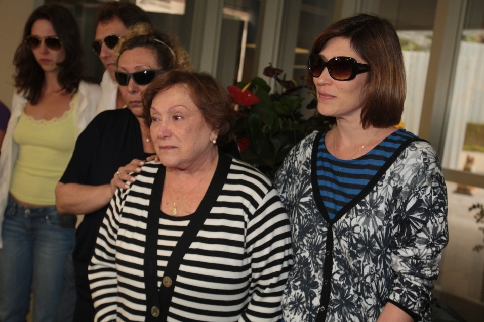 13.mar.2014- Nicette Bruno, Bárbara Bruno e Beth Goulart deixam hospital onde Paulo Goulart faleceu no início da tarde desta quinta-feira