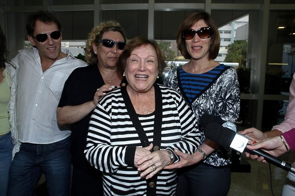 13.mar.2014-  Nicette Bruno e Beth Goulart deixam hospital em São Paulo onde o ator Paulo Goulart faleceu no início da tarde desta quinta-feira