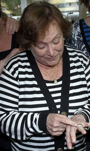 13.mar.2014-  Niicette Bruno olha para aliança de casamento. A atriz e Paulo Goulart celebraram recentemente 60 anos de casados