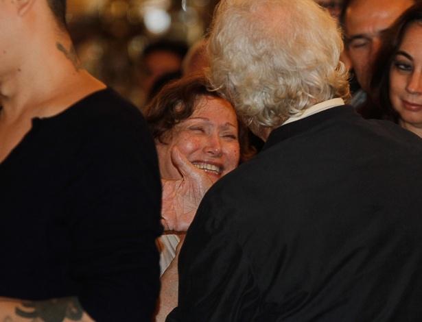 13.mar.2014 - A viúva Nicette Bruno é consolada por amigos e familiares no velório de Paulo Goulart no Theatro Municipal, em São Paulo