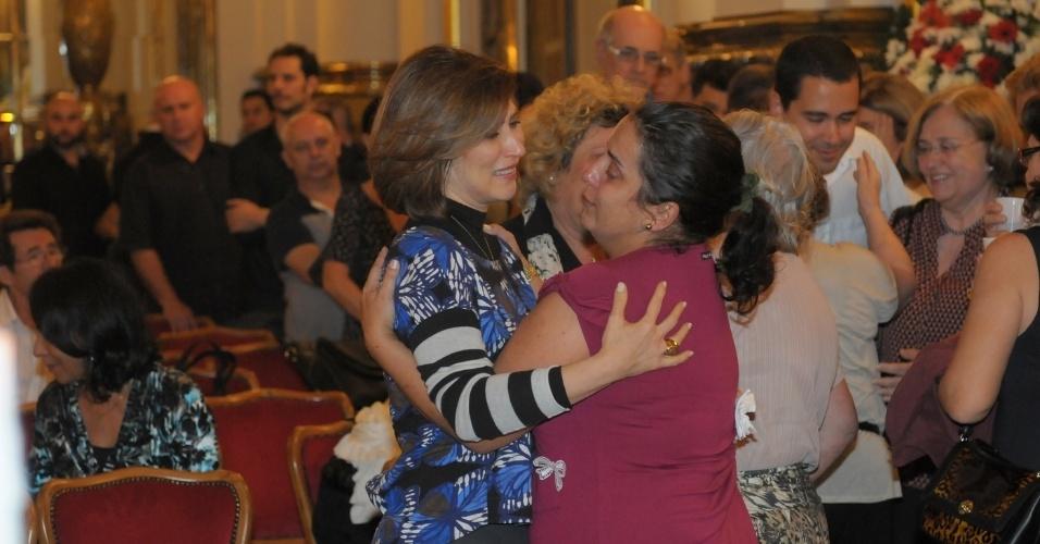 13.mar.2014 - Beth Goulart, filha de Paulo Goulart, recebe cumprimentos no Theatro Municipal, em São Paulo