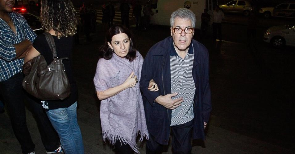 13.mar.2014 - Tuna Dwek e Cláudio Curi no velório de Paulo Goulart no Theatro Municipal, em São Paulo