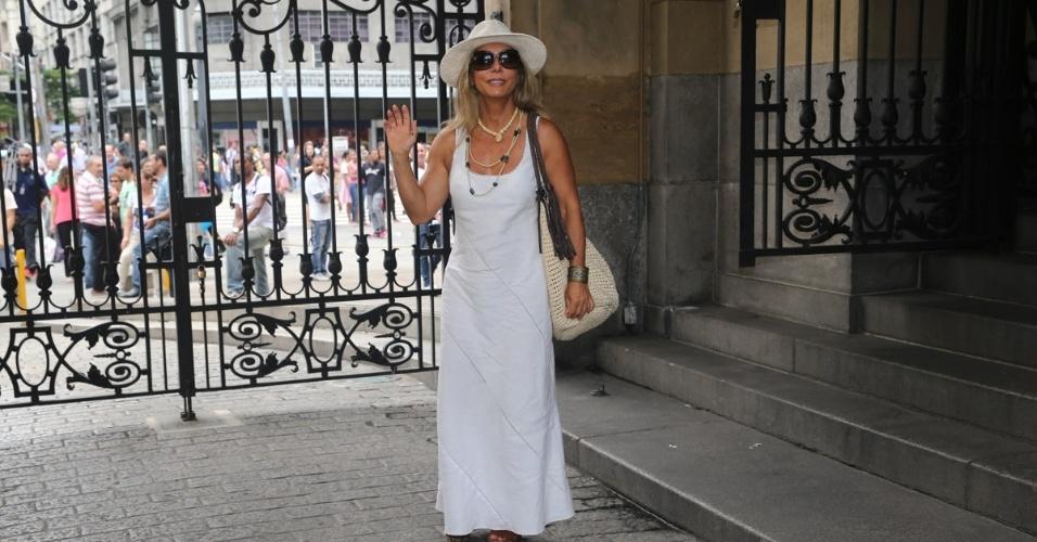 14.mar.2014 - A atriz Bruna Lombardi se despede do amigo, o ator Paulo Goulart, que morreu na última quinta-feira, vítima de câncer