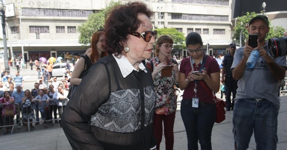 14.mar.2014 - A atriz Lolita Rodrigues se despede do amigo, o ator Paulo Goulart, que morreu na última quinta-feira, vítima de câncer