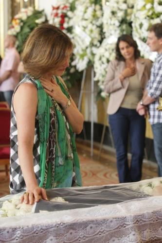 14.mar.2014 - Beth Goulart se despede do pai, o ator Pailo Goulart, que morreu aos 81 anos, vítima de câncer. O corpo está sendo velado no Theatro Municipal em São Paulo