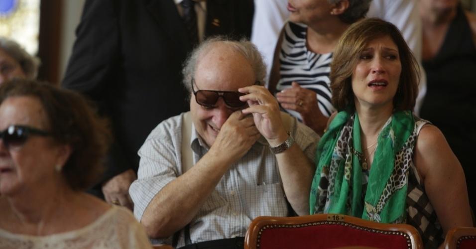 14.mar.2014 - Beth Goulart e o dramaturgo Antônio Abujamra se emocionam no velório do ator Paulo Goulart, que morreu na última quinta-feira, vítima de câncer. O corpo está sendo velado no Theatro Municipal em São Paulo, no centro da capital