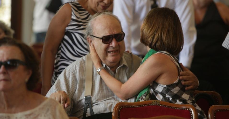 14.mar.2014 - Beth Goulart recebe o carinho de Antônio Abujamra no velório do pai, o ator Paulo Goulart, que morreu na última quinta-feira, vítima de câncer. O corpo está sendo velado no Theatro Municipal em São Paulo, no centro da capital