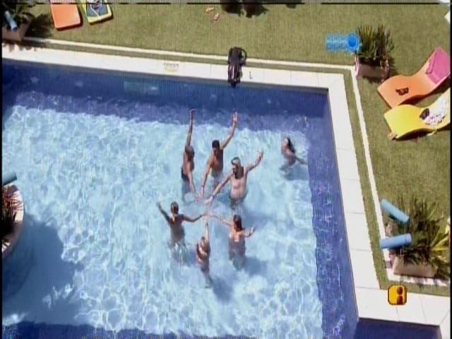 14.mar.2014 - Brothers tentam fazer nado sincronizado