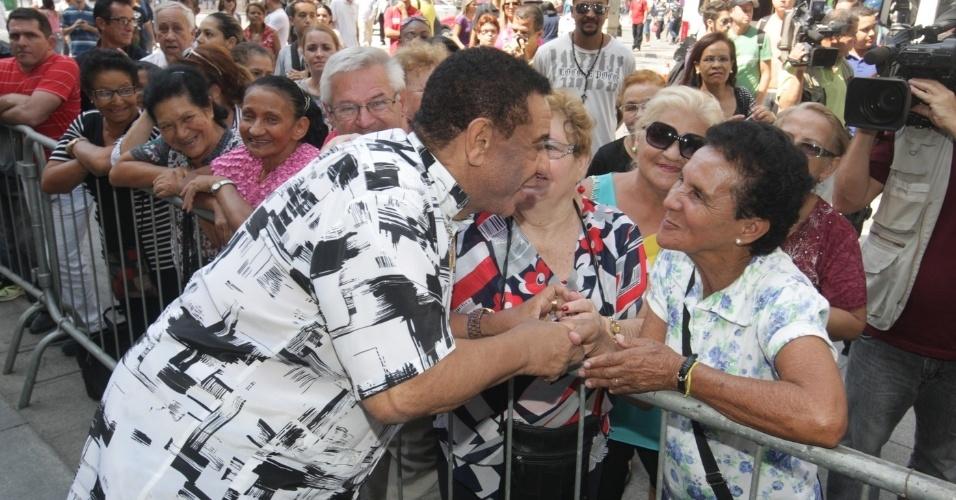 14.mar.2014 - Cantor Agnaldo Timóteo é tietado pelo público no velório do ator Paulo Goulart, no Theatro Municipal