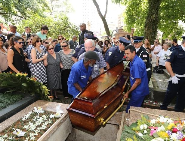 14.mar.2014 - Corpo do ator Paulo Goulart é enterrado em São Paulo