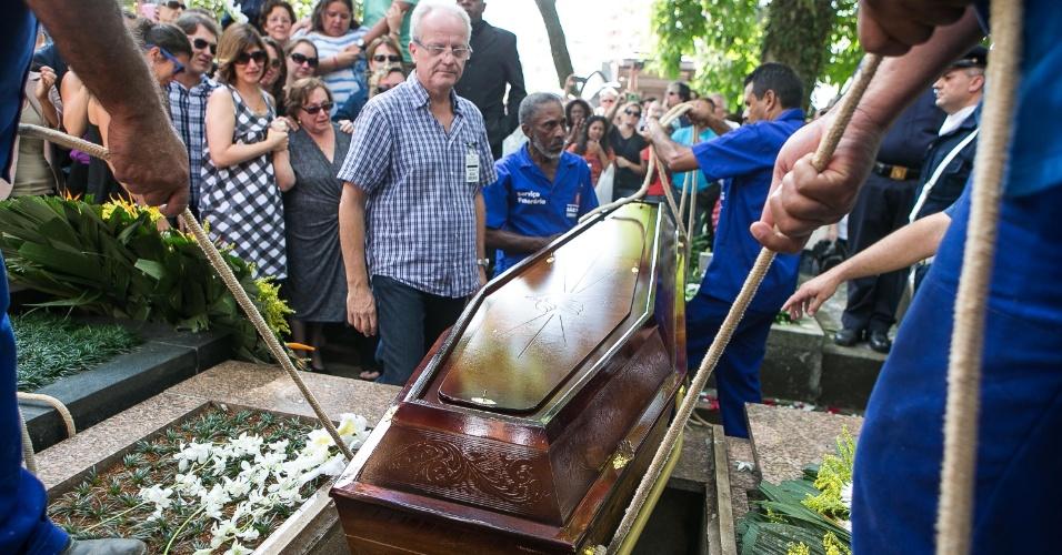14.mar.2014 - Corpo do ator Paulo Goulart é enterrado no cemitério da Consolação, em São Paulo