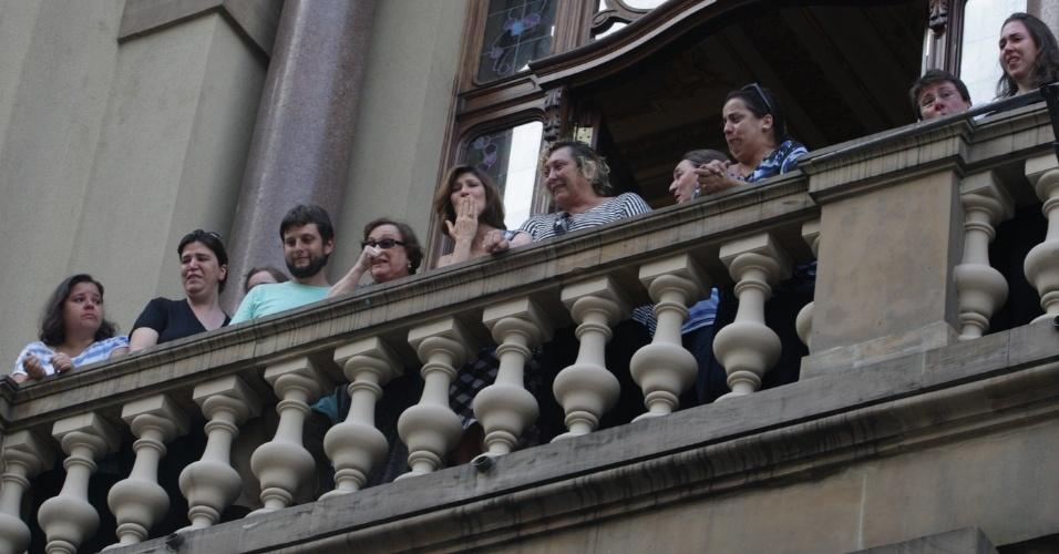 14.mar.2014 - Emocionadas ao lado dos familiares, Nicette Bruno (centro) e Beth Goulart cumprimentam os fãs de Paulo Goulart, da sacada do Theatro Municipal, onde o corpo do ator, que morreu na última quinta-feira,vítima de câncer, está sendo velado