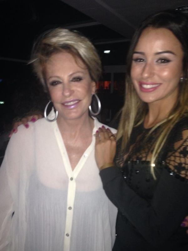 14.mar.2014 - Fora da casa, Letícia aproveita o show do cantor Jack Johnson para tietar a apresentadora Ana Maria Braga