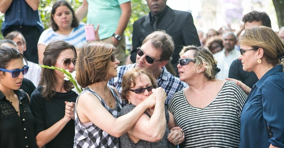 14.mar.2014 - Nicette Bruno é amparada pelos filhos Beth Goulart, Paulo Goulart Jr. e Bárbara Bruno no enterro de Paulo Goulart, que morreu na última quinta-feira, com 81 anos, vítima de câncer