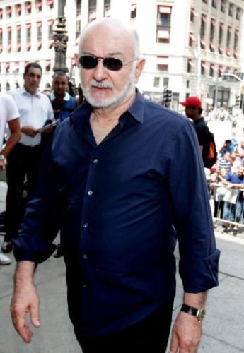 14.mar.2014 - O autor Silvio Abreu se despede do amigo, o ator Paulo Goulart, que morreu na última quinta-feira, vítima de câncer