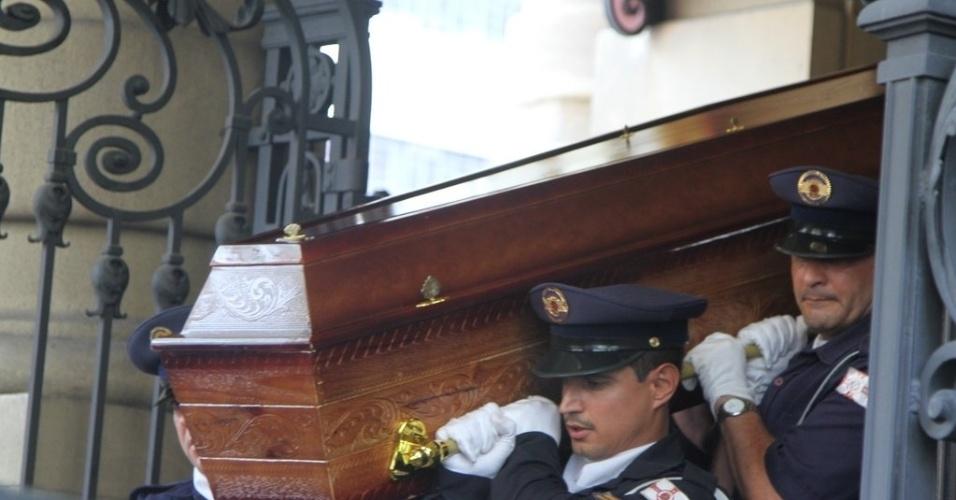 14.mar.2014 - O carro com o corpo do ator Paulo Goulart deixou o Theatro Municipal às 13h15, sob aplausos de populares e escolta policial. Ele será enterrado no cemitério da Consolação, no centro de São Paulo
