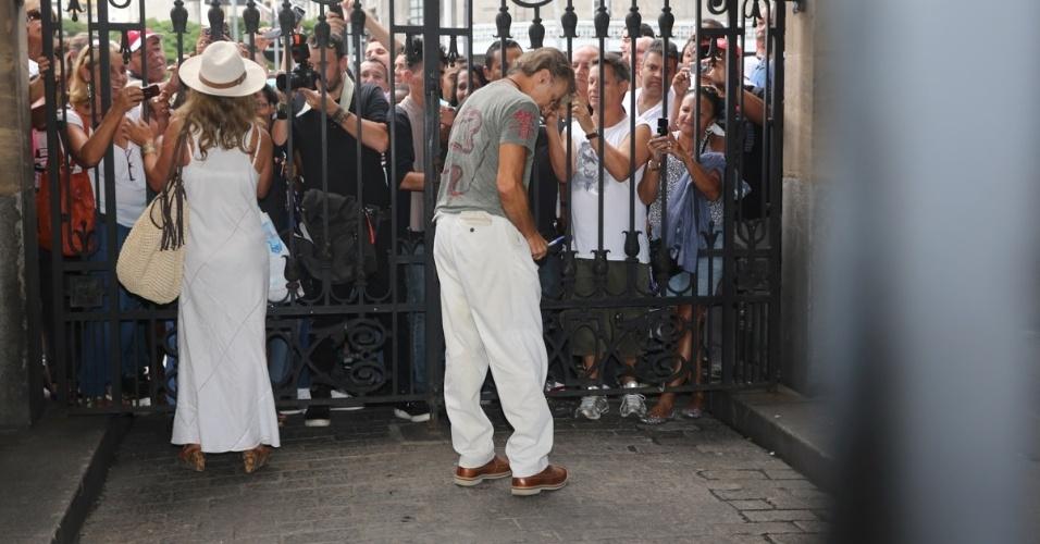 14.mar.2014 - O casal de atores Bruna Lombardi e Carlos Alberto Riccelli se despedem do amigo, o ator Paulo Goulart, que morreu na última quinta-feira, vítima de câncer