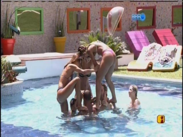 14.mar.2014 - Sem Marcelo, brothers e sisters tentam fazer pirâmide na piscina