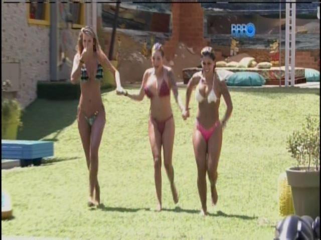 14.mar.2014 - Tatiele, Clara e Vanessa disputam quem pular mais longe na piscina