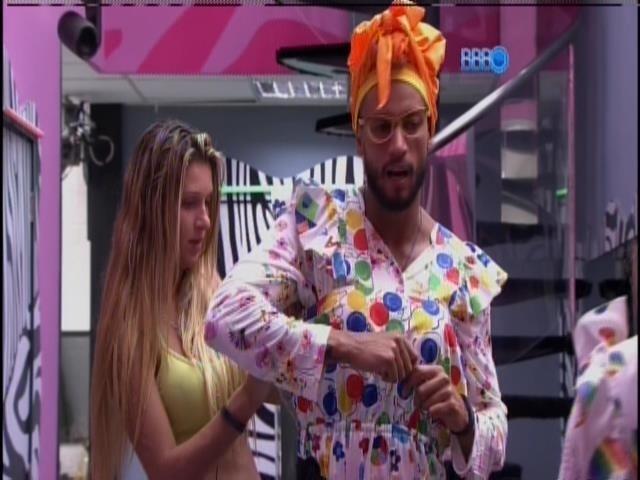 14.mar.2014 - Valter e Vanessa se vestem de babás para o castigo do monstro. A dupla recebeu o castigo de Marcelo, que venceu a prova do anjo